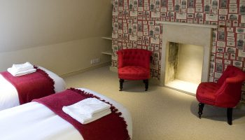 bath town house red twin room